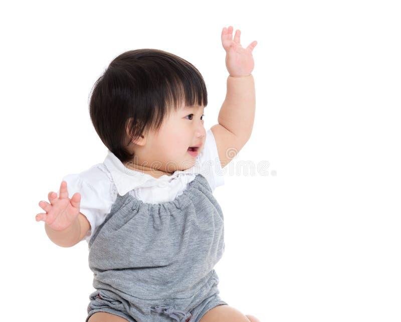 Saluto asiatico della neonata con la mano su fotografia stock