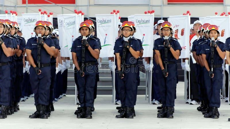 Saluto contingente della difesa civile durante il NDP 2009 immagini stock
