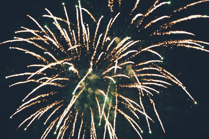 Saluto d'espansione festivo nel cielo notturno fotografie stock libere da diritti