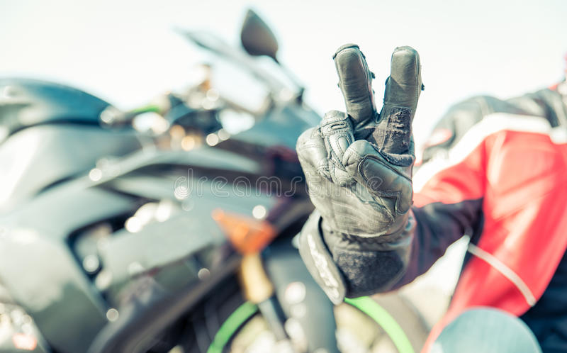 Saluto del motociclista con le dita fotografia stock