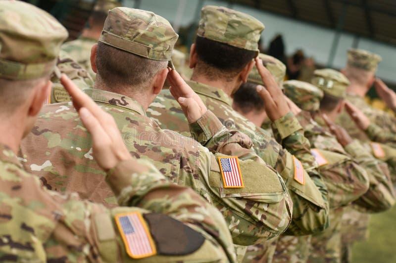 Saluto del soldato degli Stati Uniti Esercito americano Truppe degli Stati Uniti Militari di U.S.A. immagine stock libera da diritti