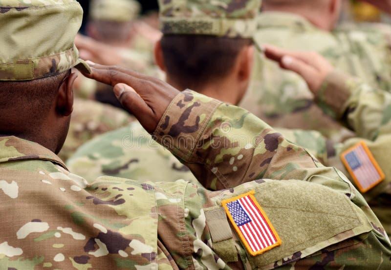 Saluto del soldato degli Stati Uniti Esercito americano Truppe degli Stati Uniti Militari di U.S.A. immagini stock