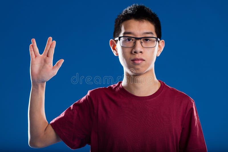 Saluto del trekkie del nerd da un tipo asiatico immagine stock libera da diritti