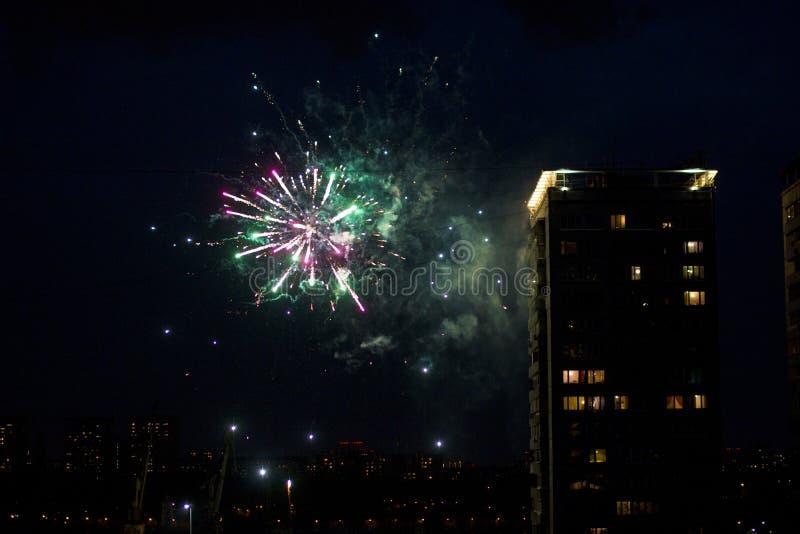 Saluto festivo e fuochi d'artificio immagini stock