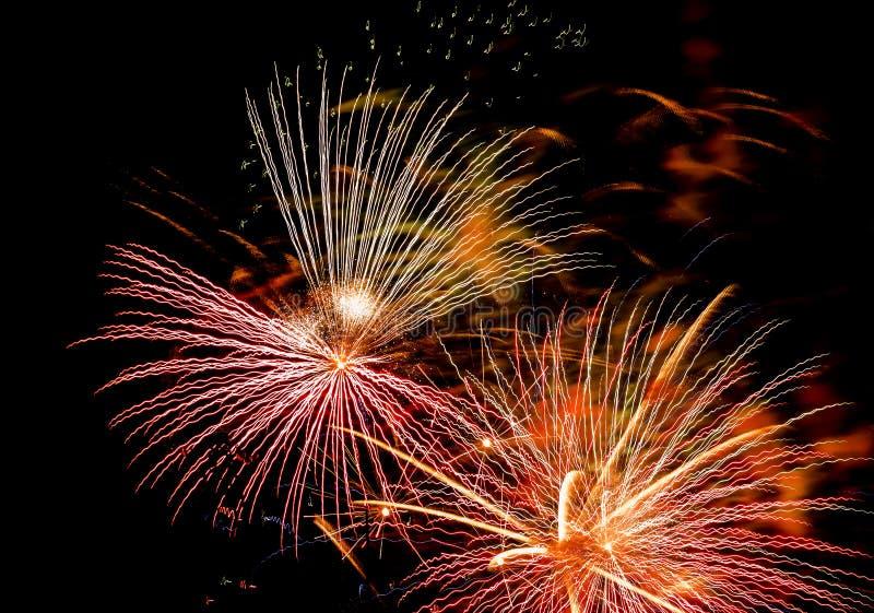 Saluto festivo nel cielo notturno il giorno di vittoria nella Federazione Russa che causa le emozioni positive nella popolazione fotografia stock