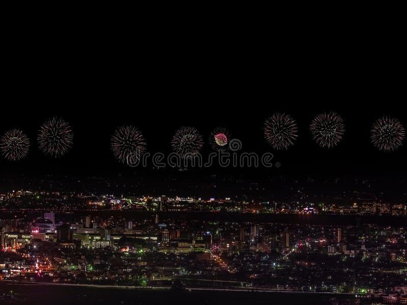 Saluto sopra la città la megalopoli Saluto festivo nel cielo notturno Esplosioni dei fuochi d'artificio fotografia stock