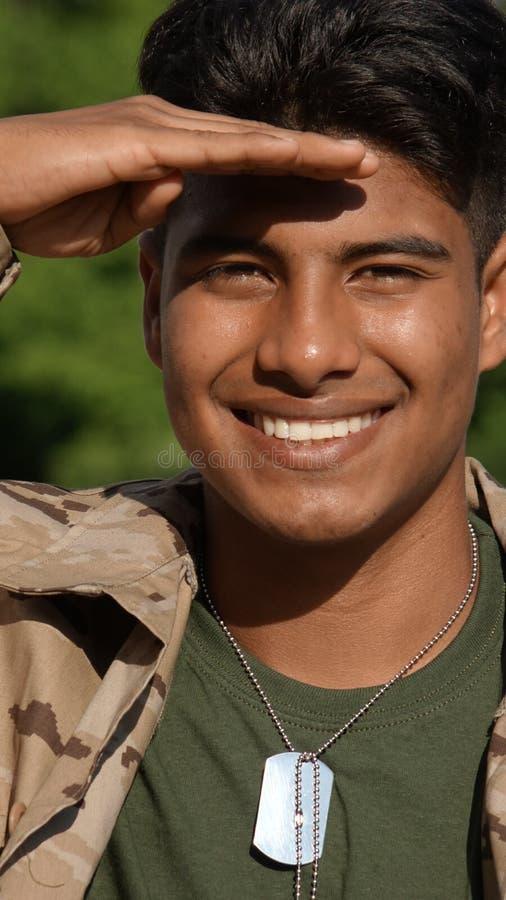 Salutować Przystojnego Męskiego żołnierza zdjęcia stock
