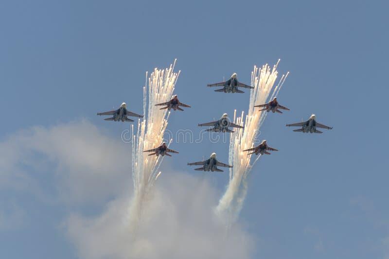 Salutuje Aerobatic drużynowych jerzyki i Rosyjscy rycerze latają nad placem czerwonym zdjęcia stock