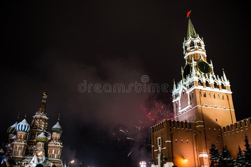 Salutuje na cześć nowego rok 2019 na placu czerwonym przeciw Kremlin, Spasskaya wierza zdjęcia royalty free