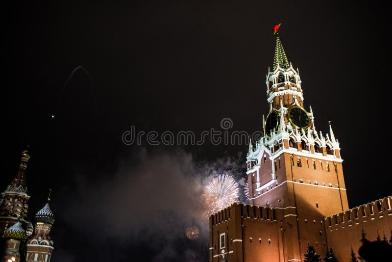 Salutuje na cześć nowego rok 2019 na placu czerwonym przeciw Kremlin, Spasskaya wierza obraz royalty free