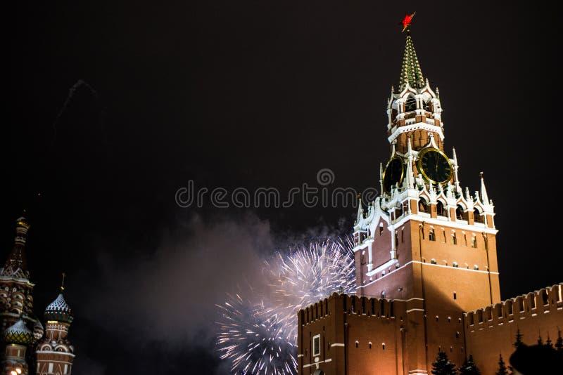 Salutuje na cześć nowego rok 2019 na placu czerwonym przeciw Kremlin, Spasskaya wierza obrazy royalty free