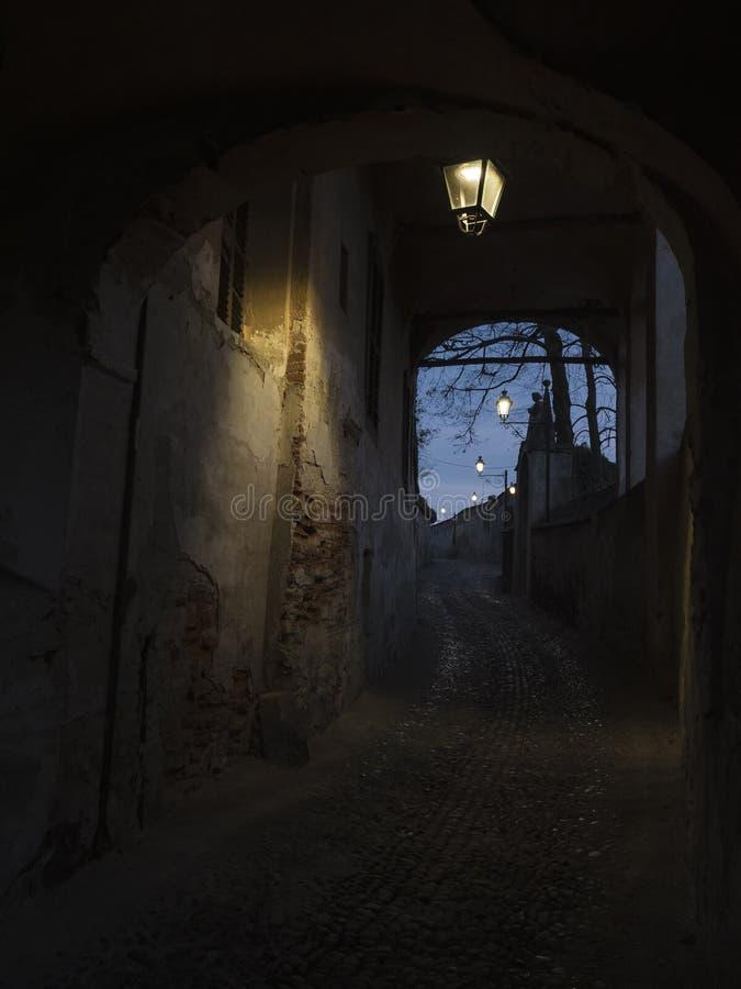 Saluzzo, typische Straße der alten Stadt stockfotos