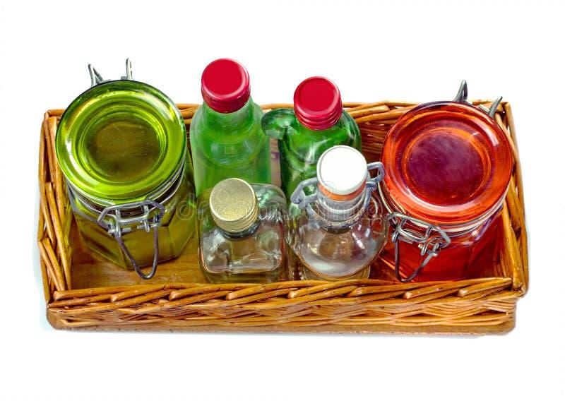 Salva de vime com os frascos de vidro vazios e pouca garrafa de vidro imagem de stock