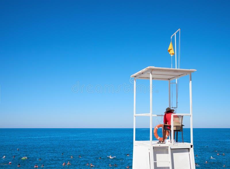 Salva-vidas na torre à flutuação de observação dos povos foto de stock royalty free