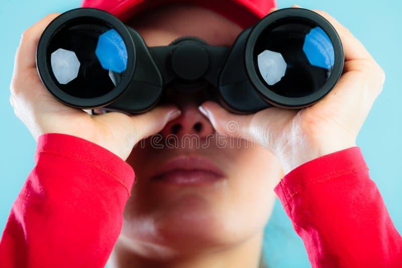 Salva-vidas no dever que olha com binocular imagem de stock royalty free
