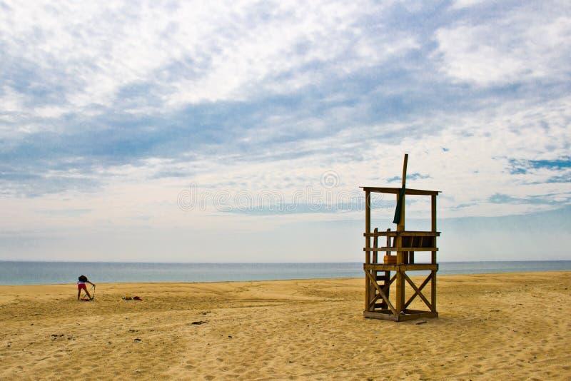 Salva-vidas Prepares para o dever em uma praia de Cape Cod foto de stock royalty free