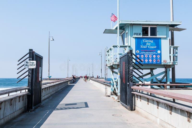 Salva-vidas Tower na entrada ao cais da pesca da praia de Veneza fotos de stock royalty free