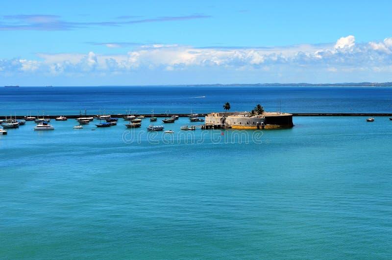 Salvador, Bahia, Brasilien - 22. Dezember 2015: Ansicht des Hafens von Salvador stockbilder