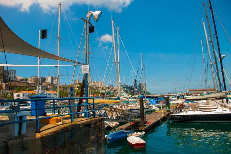 Salvador, Bahia, Brazilië: De varende schepen zijn op het dok in de haven van El Salvador stock afbeelding