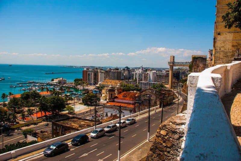 SALVADOR, BAHIA, BRAZILI?: Lacerdalift en Alle Heiligen Bay Baia DE Todos os Santos in Salvador stock foto's