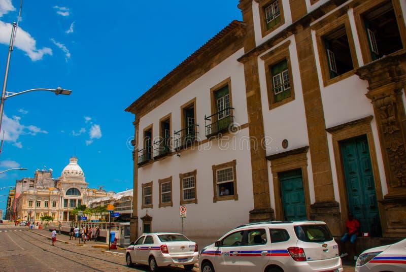 SALVADOR BRASILIEN: i stadens centrum gata med färgrika koloniala byggnader i det historiska turist- området av Pelurinho arkivfoto