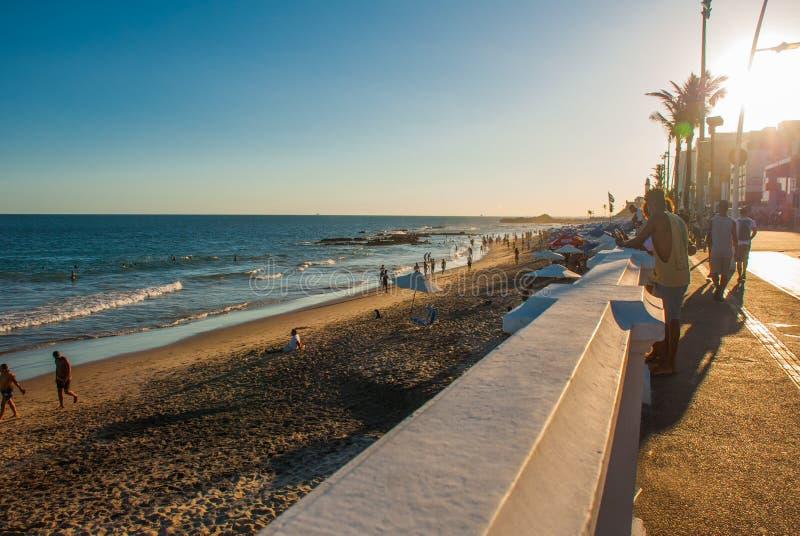 SALVADOR BRASILIEN: Stranden framme av solnedgången Porto da Barra royaltyfria bilder