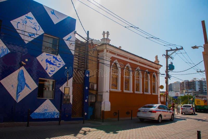 SALVADOR, BRAZYLIA: Niezwykły budynek na ulicie z rysunkami ryba zdjęcia royalty free