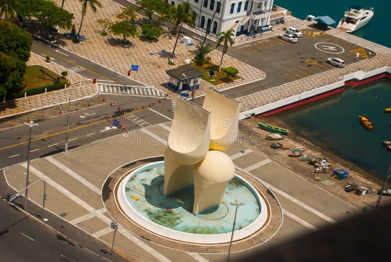 SALVADOR, EL BRASIL: Una escultura inusual, una fuente cerca del puerto en la parte más inferior de la ciudad fotografía de archivo