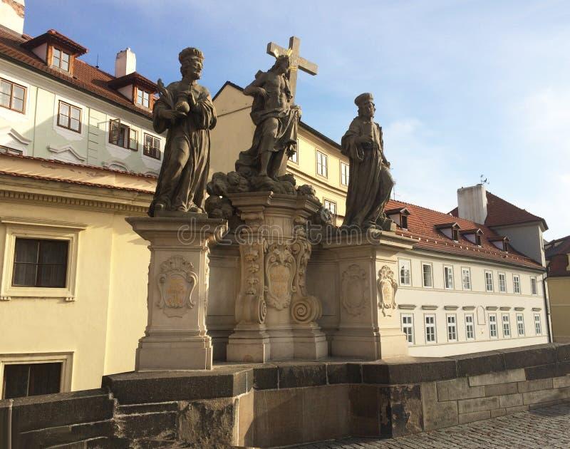 Salvador y santos esculturales Kosma y Damián del grupo en Charles Bridge praga checo foto de archivo libre de regalías