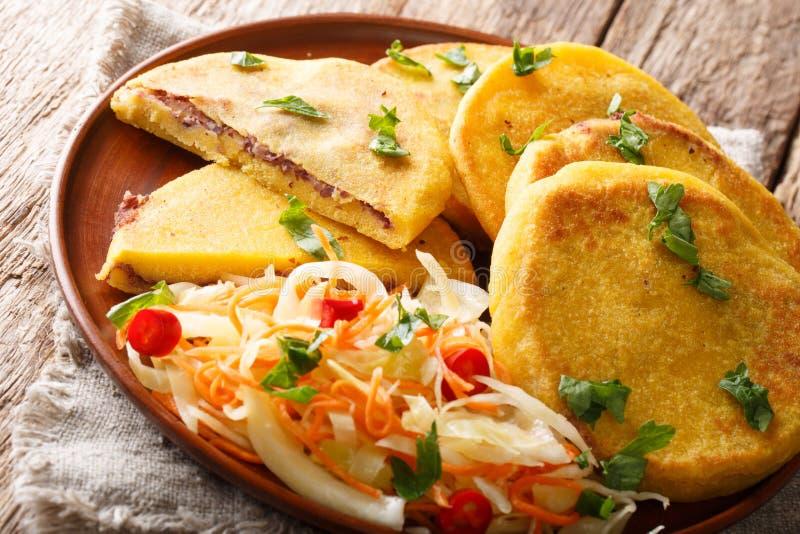 Salvadoran τηγανισμένο τρόφιμα Pupusas που εξυπηρετείται με coleslaw την κινηματογράφηση σε πρώτο πλάνο σε ένα πιάτο : στοκ εικόνα