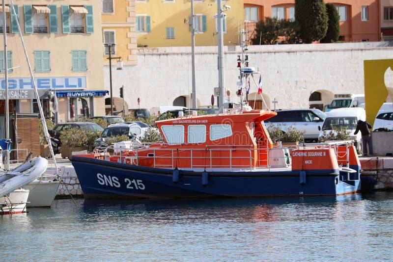 Salvadores azuis e alaranjados franceses do barco no mar amarrado no Lympia portuário em agradável foto de stock royalty free