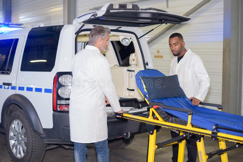 Salvadores que preparam a ambulância foto de stock