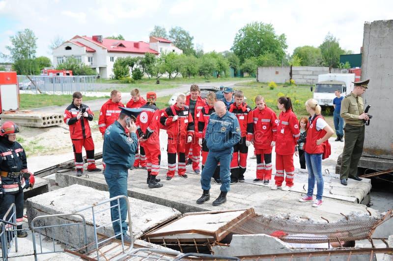 Salvadores y voluntarios y militares aparte los escombros en busca de la vida Ejercicios demostrativos imagen de archivo libre de regalías