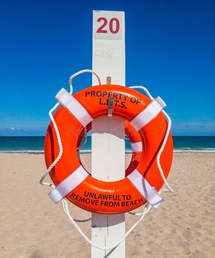 Salvagente alla spiaggia sabbiosa immagini stock libere da diritti