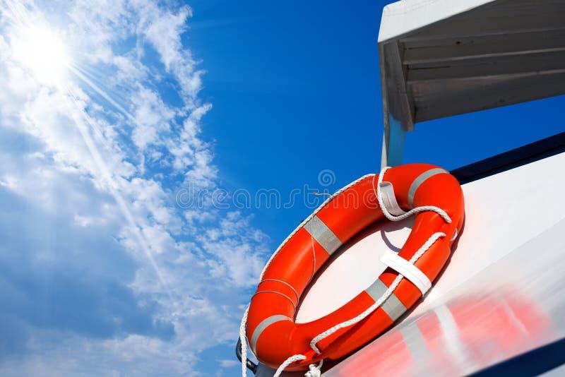 Salvagente arancio su un traghetto immagini stock libere da diritti
