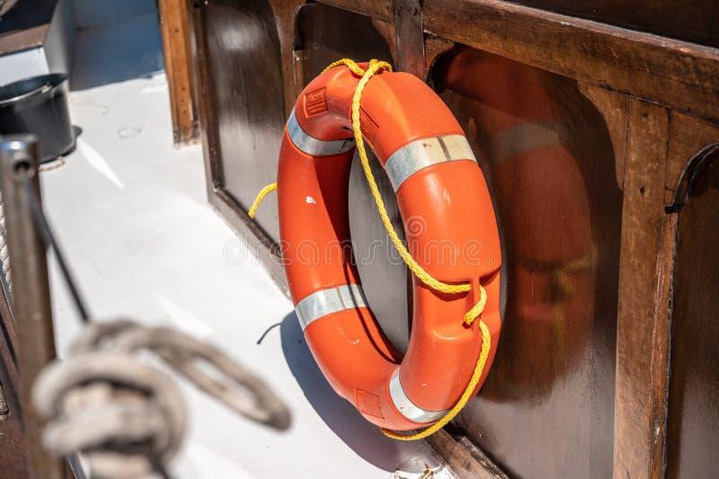 Salvagente arancio uno a bordo della nave fotografia stock libera da diritti