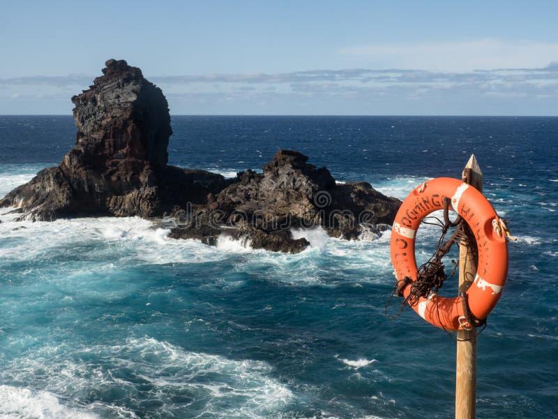 Salvagente con la costa rocciosa fotografia stock libera da diritti