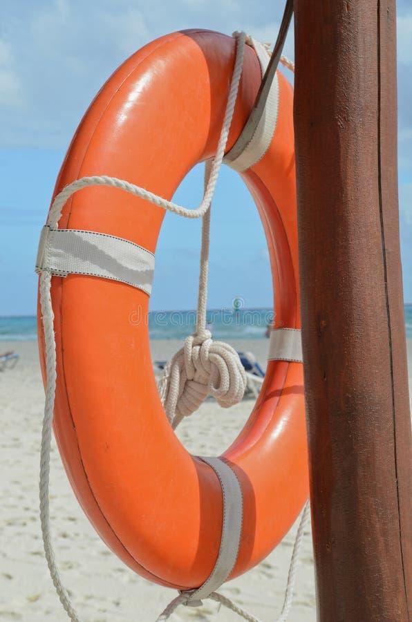 Salvagente dell'arancia dell'attrezzatura di soccorso dalla spiaggia del bagnino fotografie stock