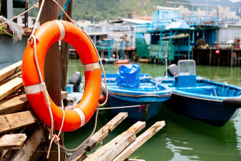 Salvagente e pescherecci in paesino di pescatori Tai O nell'isola di Lantau, Hong Kong fotografie stock