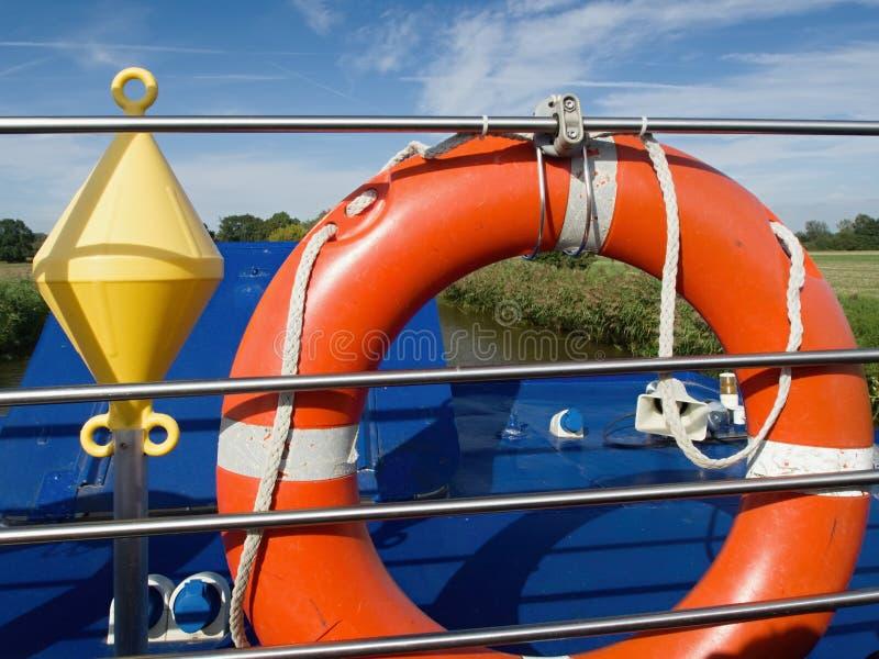Salvagente su una navigazione della barca lungo il canale fotografia stock