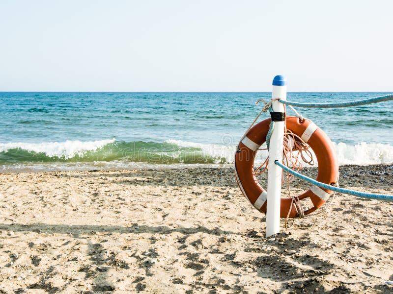 Salvagente su una spiaggia sabbiosa del mare in Terracina, Italia Nuoto sicuro immagini stock libere da diritti