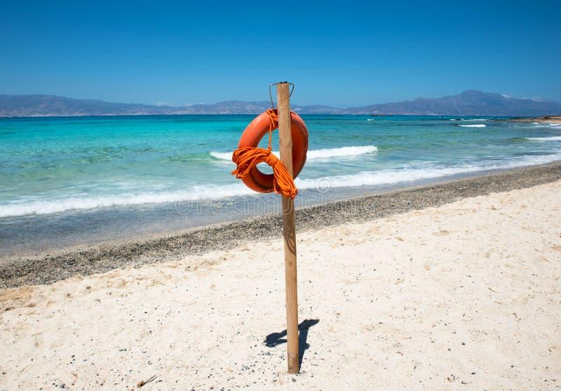 Salvagente sulla bella spiaggia sabbiosa fotografia stock