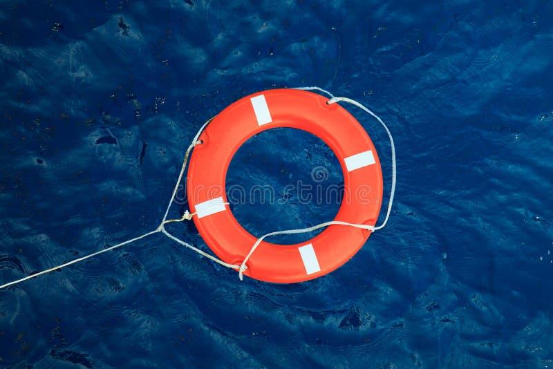 Salvagente in un mare blu tempestoso, attrezzatura di sicurezza in barca fotografia stock libera da diritti