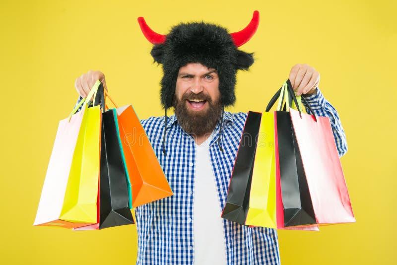 Salvaje sobre compras Sombrero estricto del desgaste de la cara del hombre del toro con los cuernos El hacer compras del inconfor fotografía de archivo libre de regalías