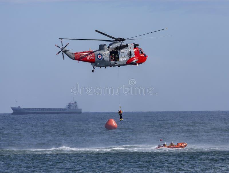Salvamento do helicóptero no mar imagem de stock