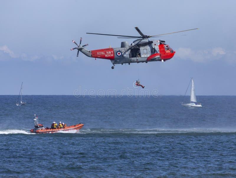 Salvamento do helicóptero no mar foto de stock royalty free