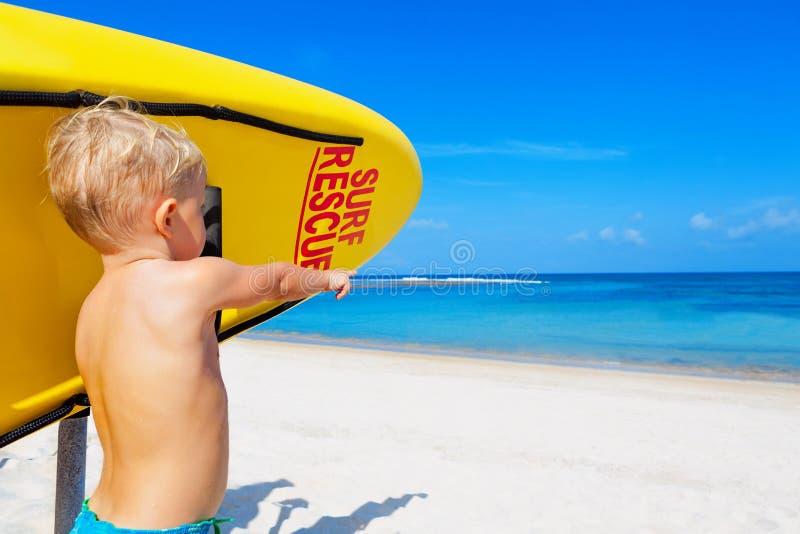 Salvamento engraçado da ressaca na praia fotos de stock royalty free