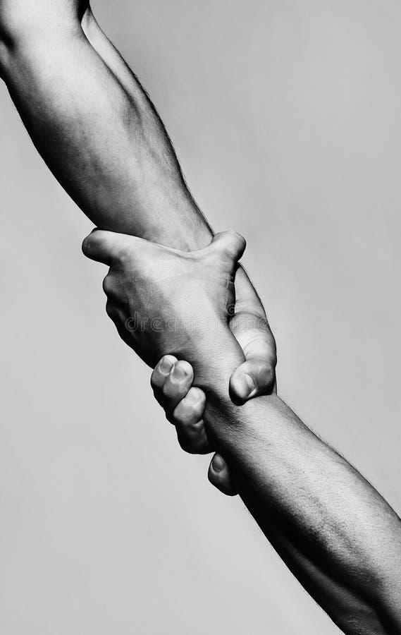 Salvamento, gesto de ajuda ou mãos Preensão forte Duas mãos, mão amiga de um amigo Aperto de mão, braços, amizade imagem de stock royalty free