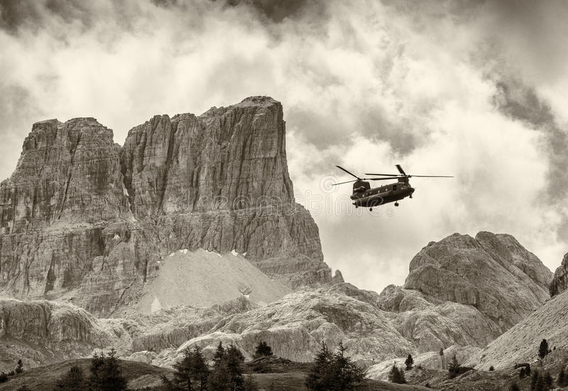 Salvamento Helicoper na ação Dolomites italianas foto de stock royalty free