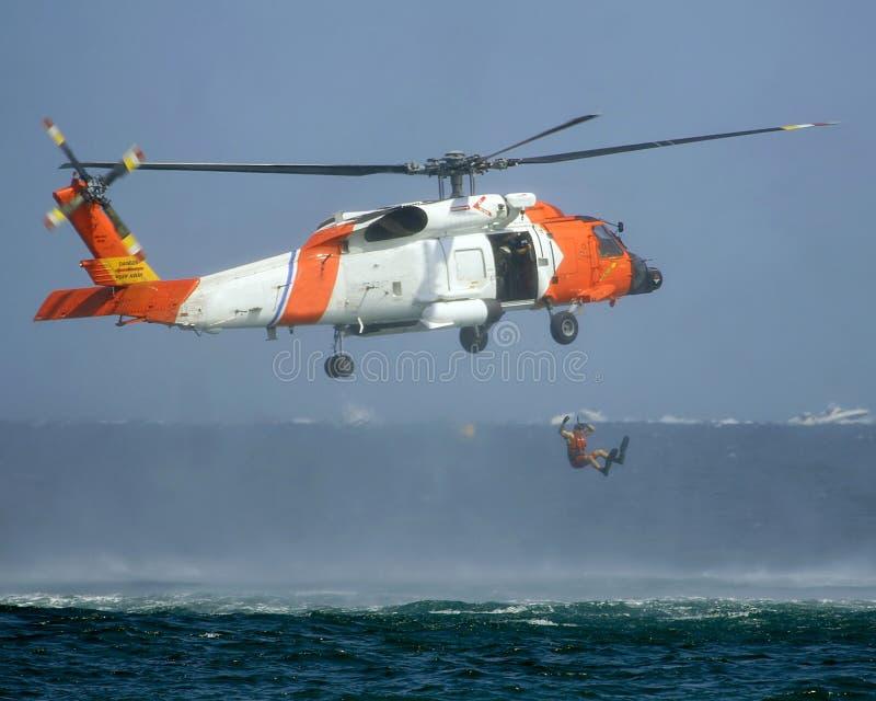 Salvamento por helicóptero de U.S.C.G    foto de stock